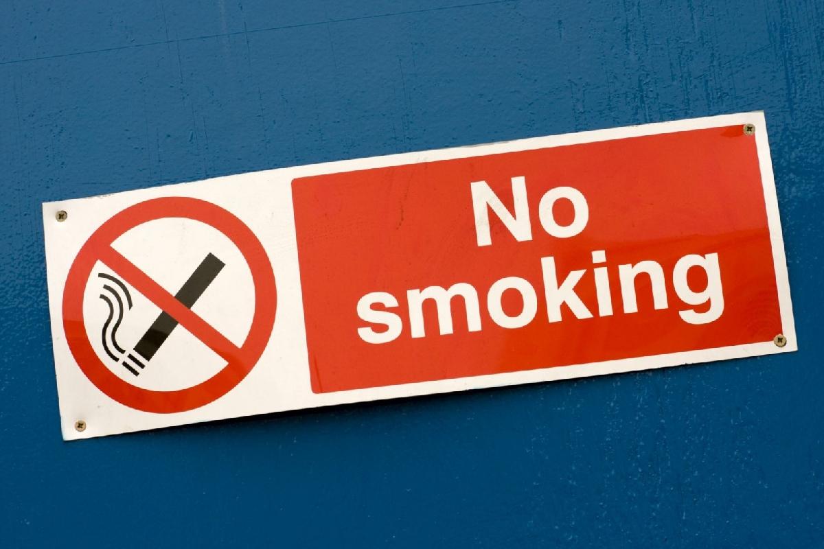 """这些地方不能吸烟 修订版杭州""""控烟""""条例明年起施行"""