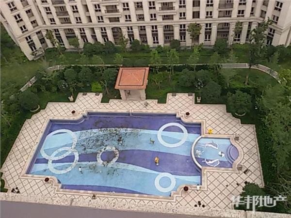 小区中心泳池
